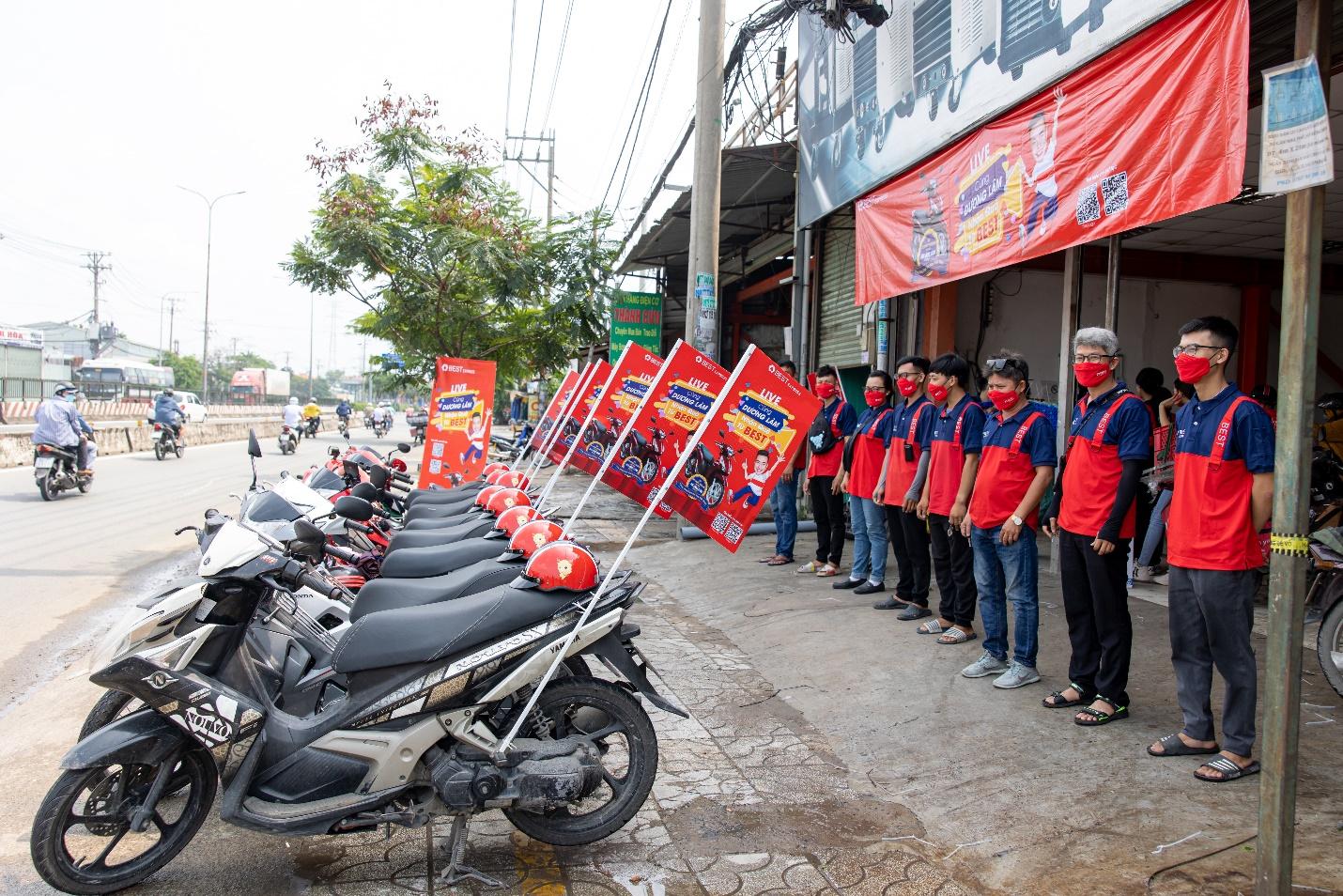 Anh Quang Tuấn và bưu cục Bình Tân tích cực phối hợp với BEST Express Việt Nam triển khai hoạt động quảng bá thương hiệu tại địa phương.