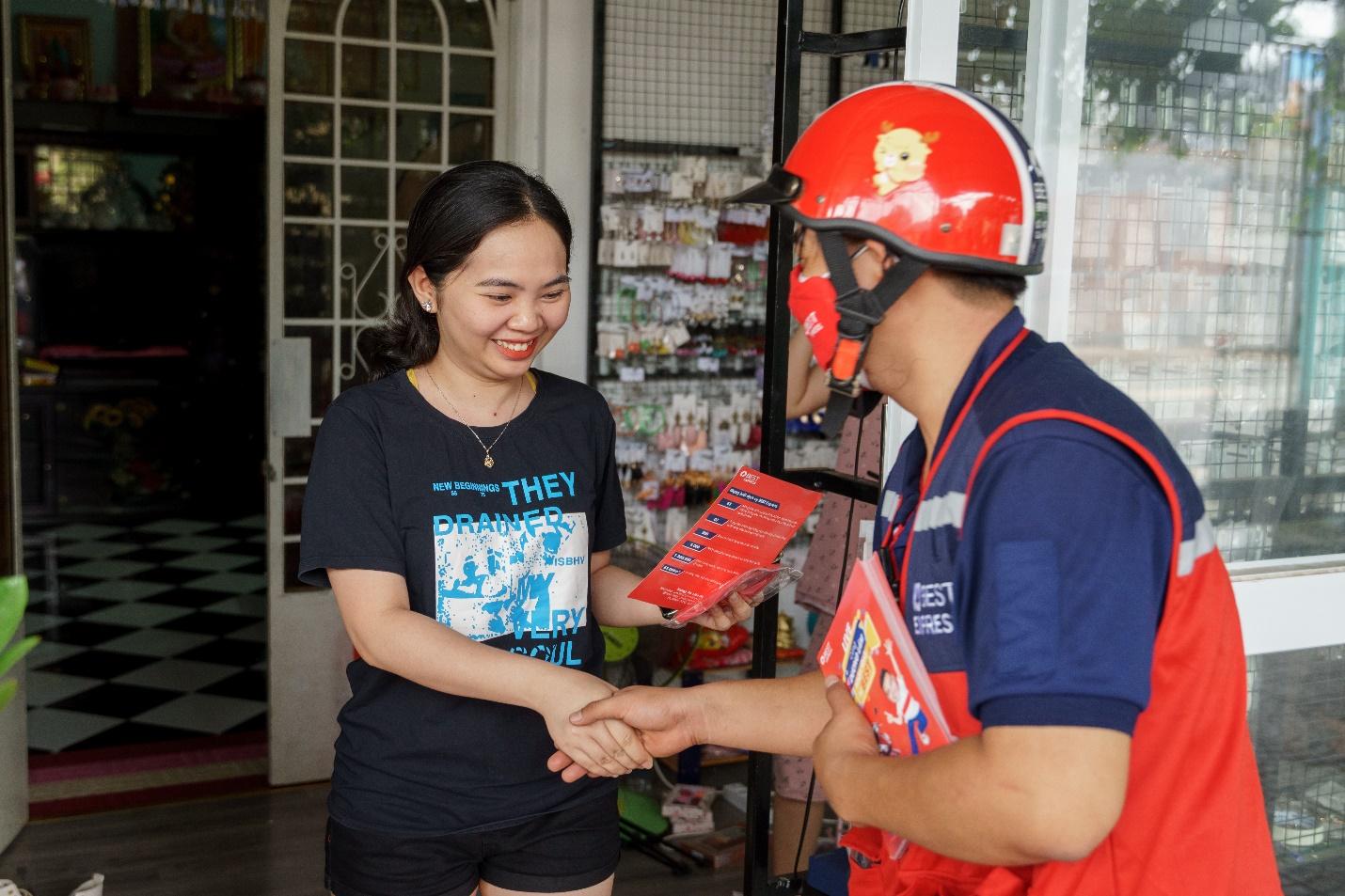 Anh Nguyễn Hùng Đức hồ hởi khoe bưu cục của anh đã khai thác được 70% diện tích huyện Hóc Môn.