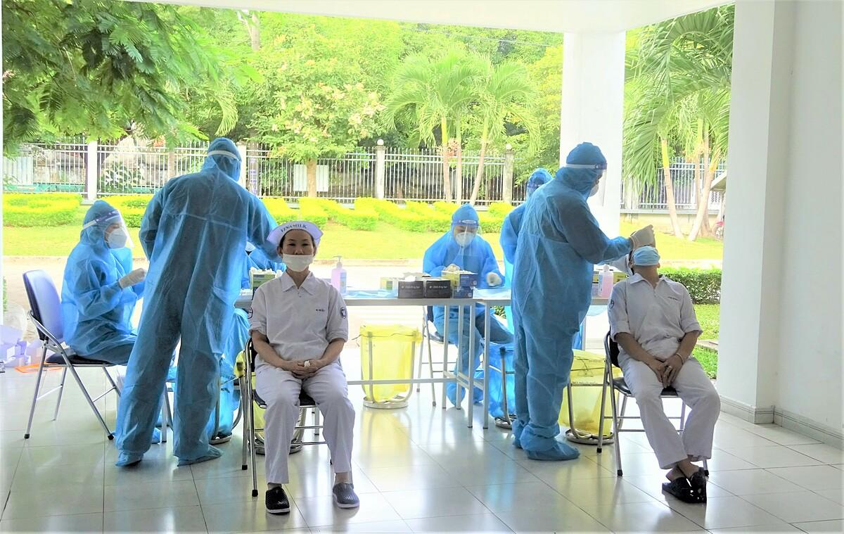 Nhân viên thực hiện 3T tại các nhà máy Vinamilk được xét nghiệm định kỳ để đảm bảo sản xuất an toàn, chống dịch hiệu quả. Ảnh: Vinamilk