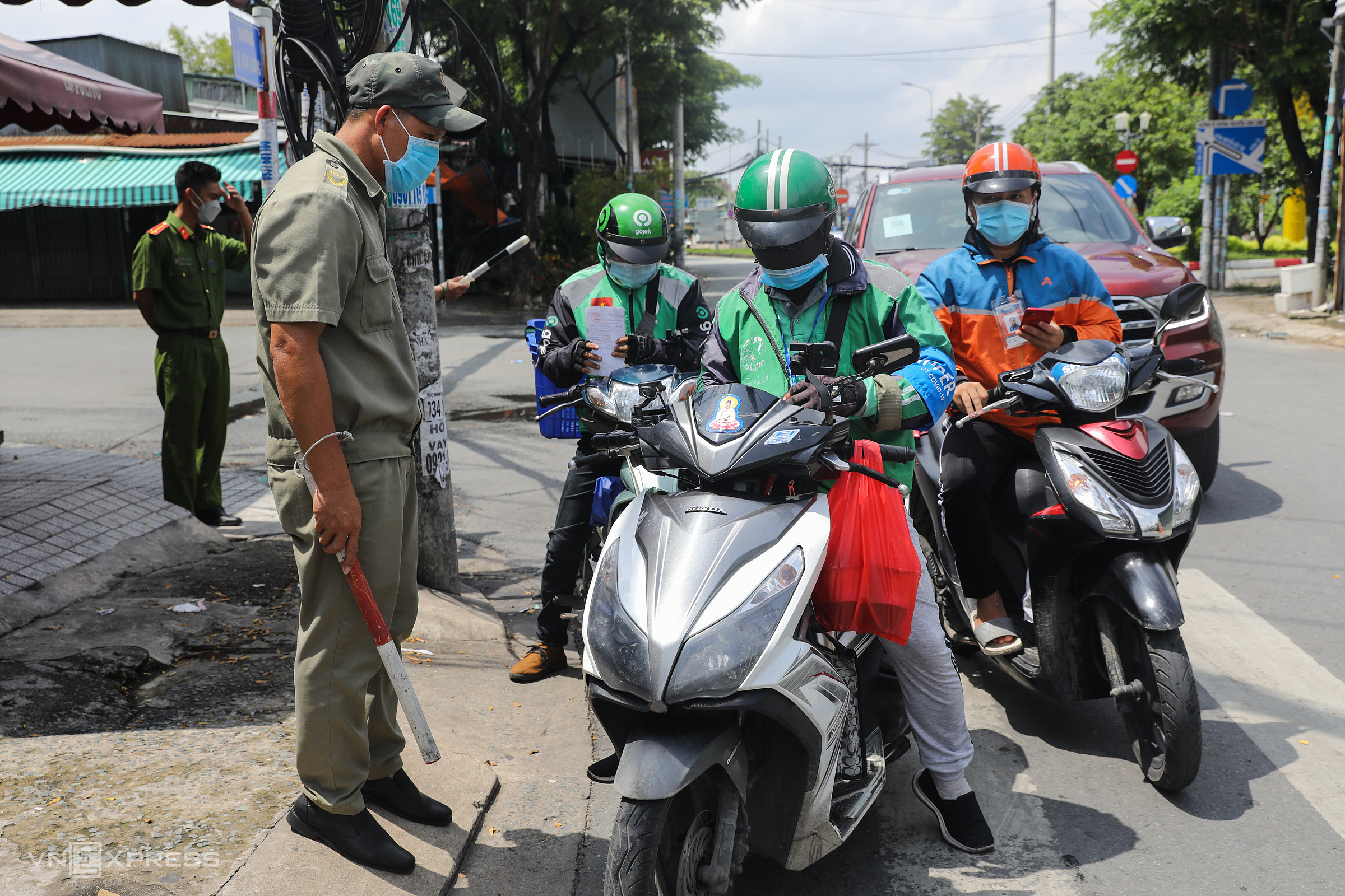 Kiểm soát lưu thông các shipper ở quận 7 ngày 16/9. Ảnh: Quỳnh Trần