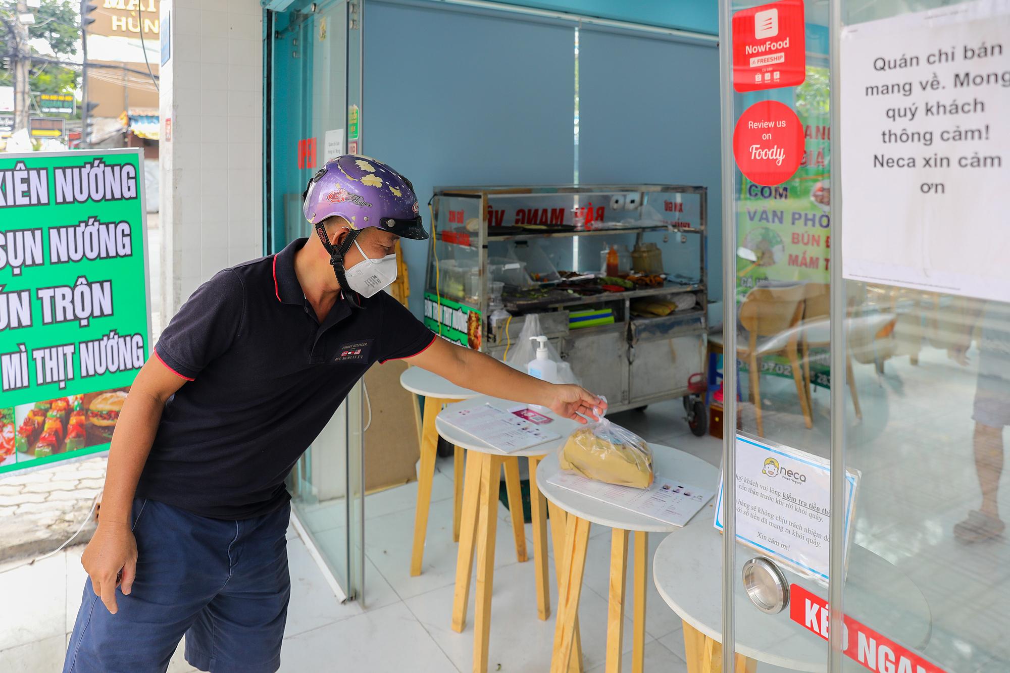 Hàng quán hoạt động tại quận 7, ngày 16/9/2021. Ảnh: Quỳnh Trần