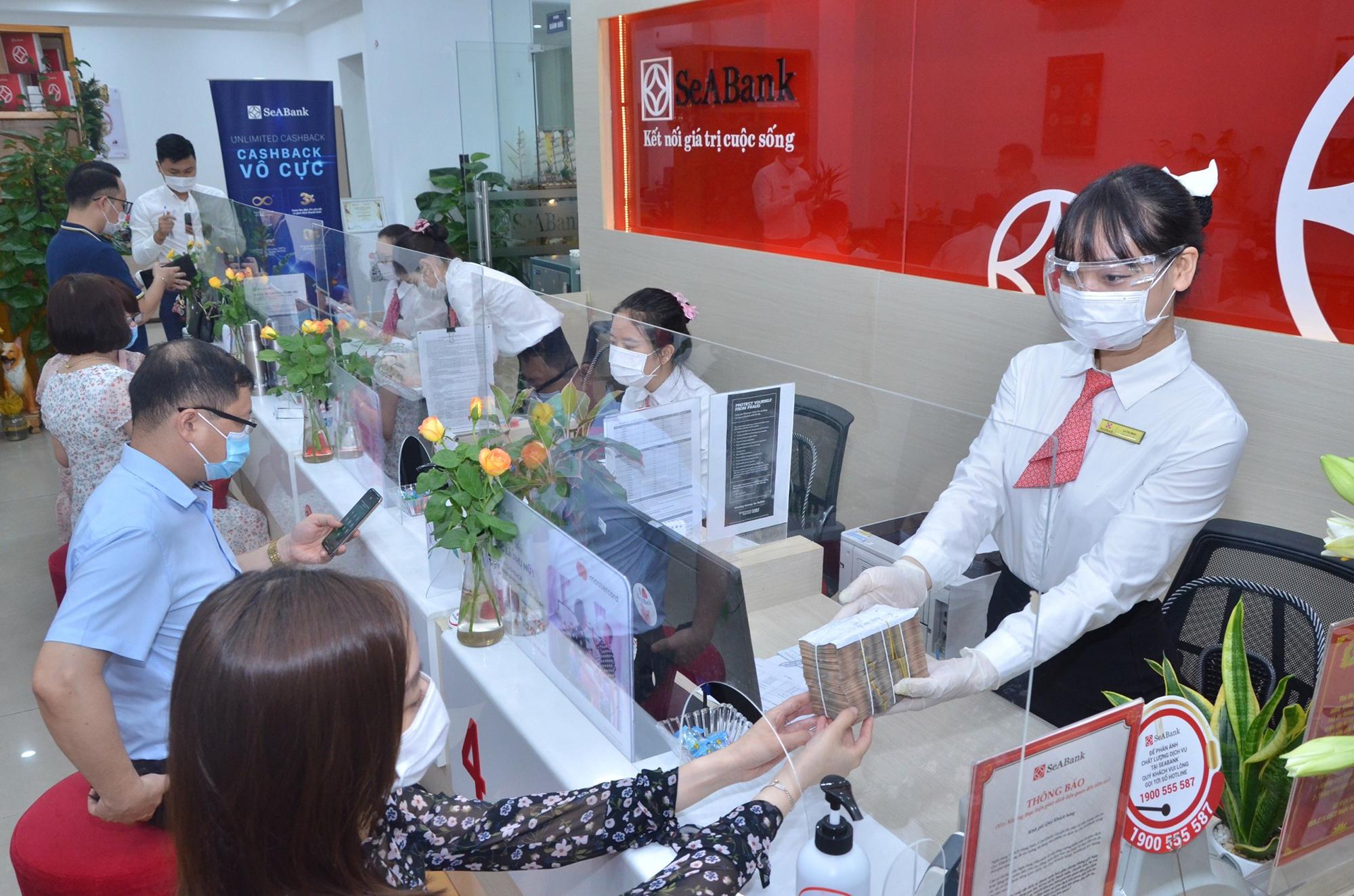 Khách hàng tới giao dịch tại SeABank.