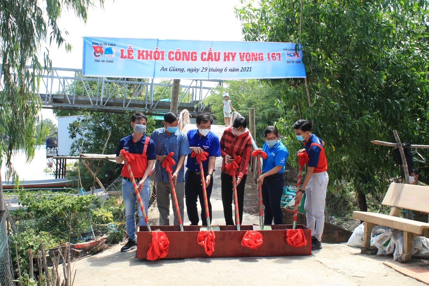 Đại diện BEST cùng Quỹ Hy vọng khởi công xây dựng bốn cây cầu bê tông cải thiện hạ tầng giao thông tại tỉnh An Giang tháng 7.