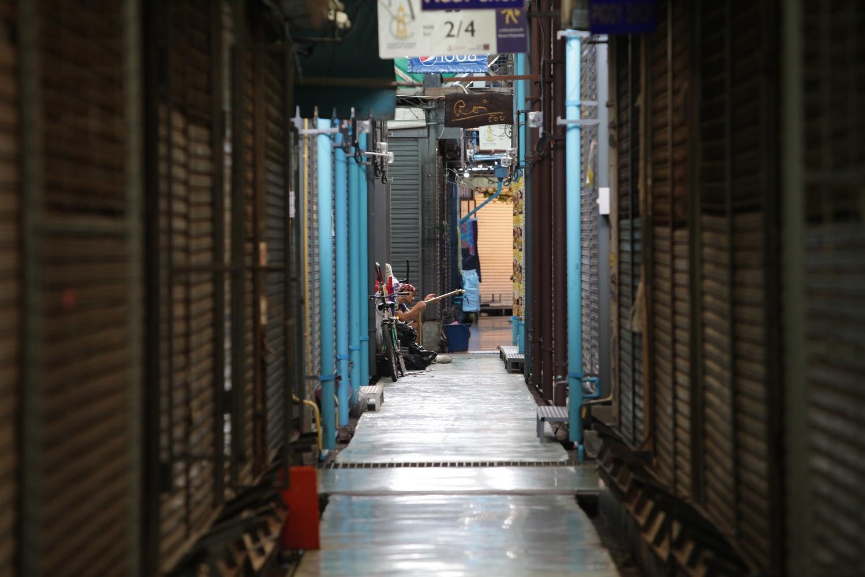 Các cửa hàng đóng cửa tại chợ cuối tuần Chatuchak ở Bangkok từ khi đợt dịch mới bùng phát. Ảnh: Apichart Jinakul