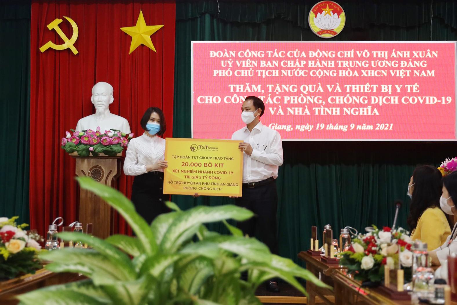 Đại diện Tập đoàn T&T Group (bên phải) trao tặng kit xét nghiệm nhanh trị giá 3 tỷ đồng cho đại diện lãnh đạo huyện An Phú (tỉnh An Giang).