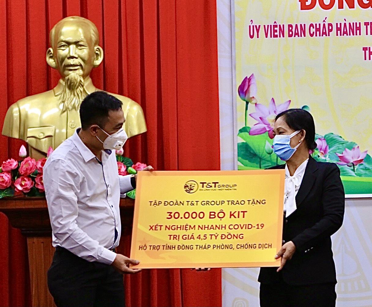 Ông Nguyễn Anh Tuấn, Phó Tổng Giám đốc T&T Group trao tặng 30.000 bộ kit xét nghiệm nhanh Covid-19 trị giá 4,5 tỷ đồng cho đại diện lãnh đạo tỉnh Đồng Tháp.