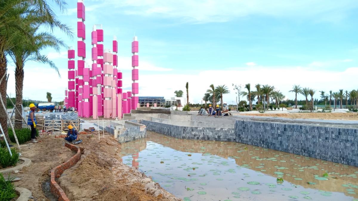 Các hạng mục công trình vẫn đang đảm bảo thi công tại Thanh Long Bay. Ảnh: Thanh Long Bay