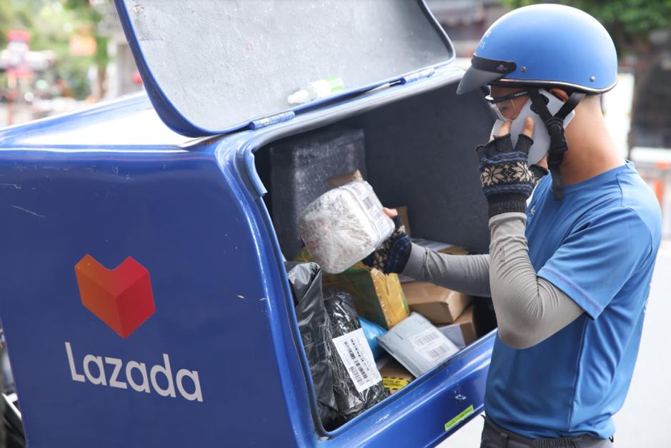 Nhân viên giao nhận lazada luôn tuân thủ quy tắc 5K. Ảnh: Lazada Việt Nam