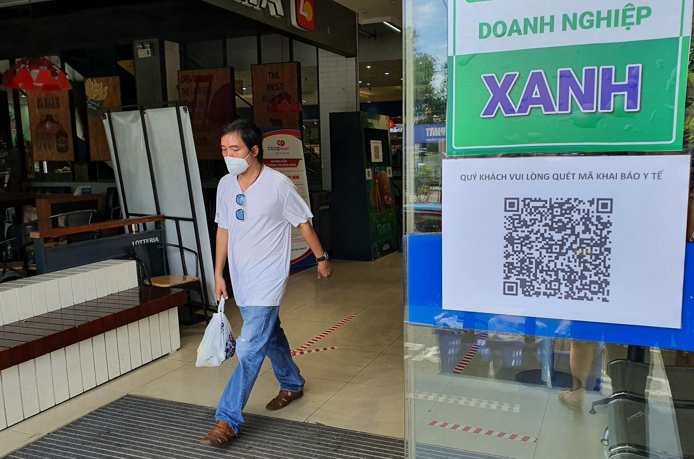 Co.opmart Huỳnh Tấn Phát được dán chứng nhận doanh nghiệp xanh. Ảnh: Hồng Châu