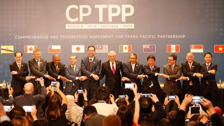 Đại diện các nước thành viên CPTPP bắt tay trong lễ ký kết hiệp định ở Santiago, Chile vào tháng 3/2018. Ảnh: Reuters