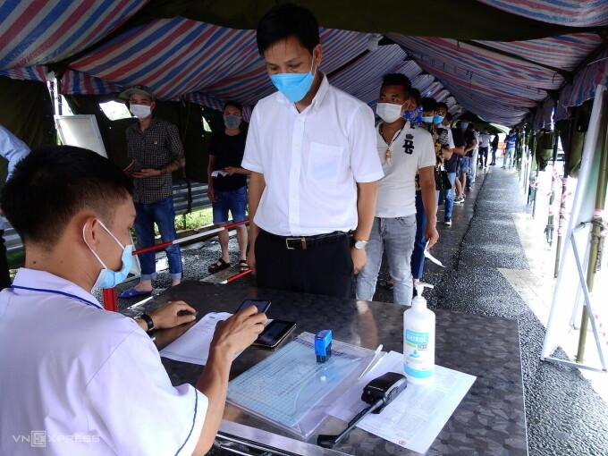Một điểm khai báo y tế tại chốt kiểm soát cầu Bạch Đằng, Quảng Ninh. Ảnh: Minh Cương