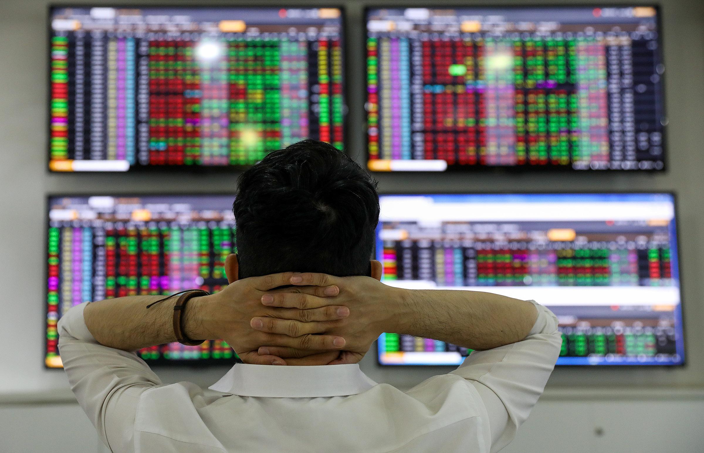 Nhà đầu tư đang quan sát bảng giá tại một công ty chứng khoán ở TP HCM. Ảnh: Quỳnh Trần