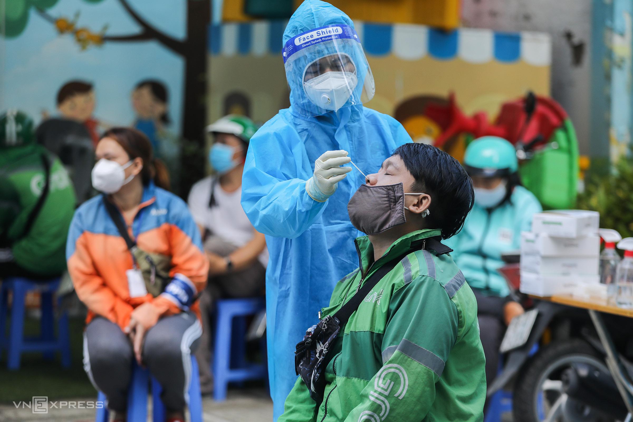Xét  nghiệm cho shipper ở quận Gò Vấp, ngày 20/9. Ảnh: Quỳnh Trần