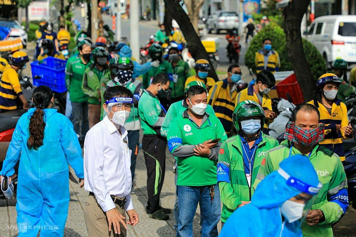 Shipper xếp hàng dài chờ lấy mẫu xét nghiệm trên đường Nguyễn Duy Trinh, TP Thủ Đức, sáng 24/9. Ảnh: Gia Minh