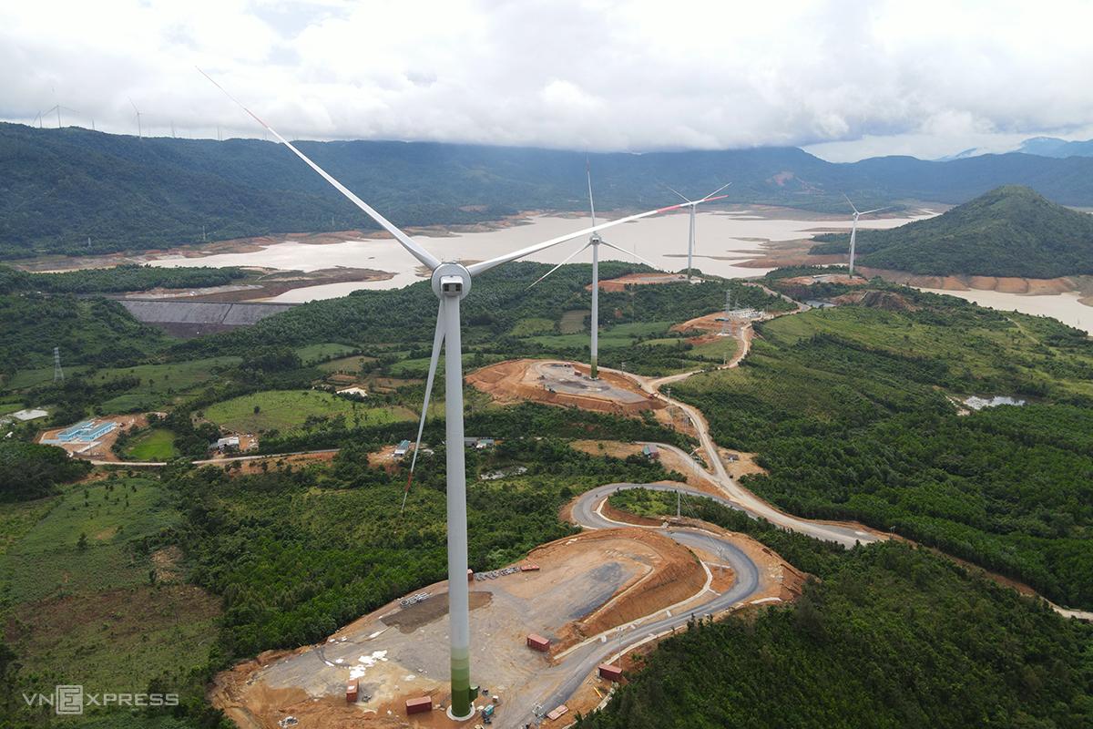Nhiều dự án điện gió đã hoàn thành lắp đặt turbine, chờ hiệu chỉnh trước khi nghiệm thu, phát điện. Ảnh: Hoàng Táo