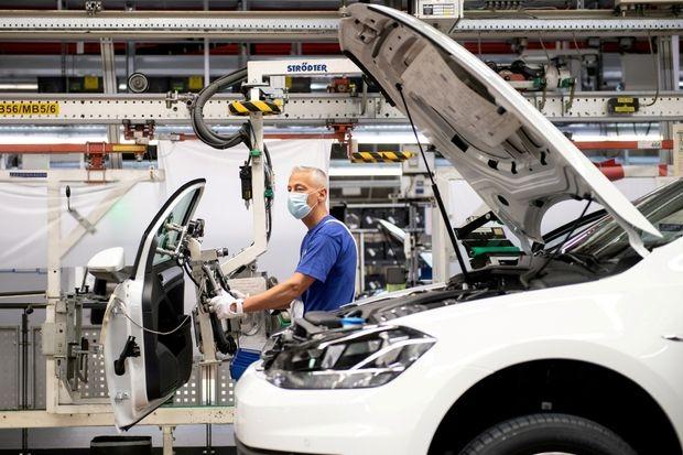 Lắp ráp ôtô trong nhà máy Volkswagen ở Wolfsburg, Đức. Ảnh: PressPool