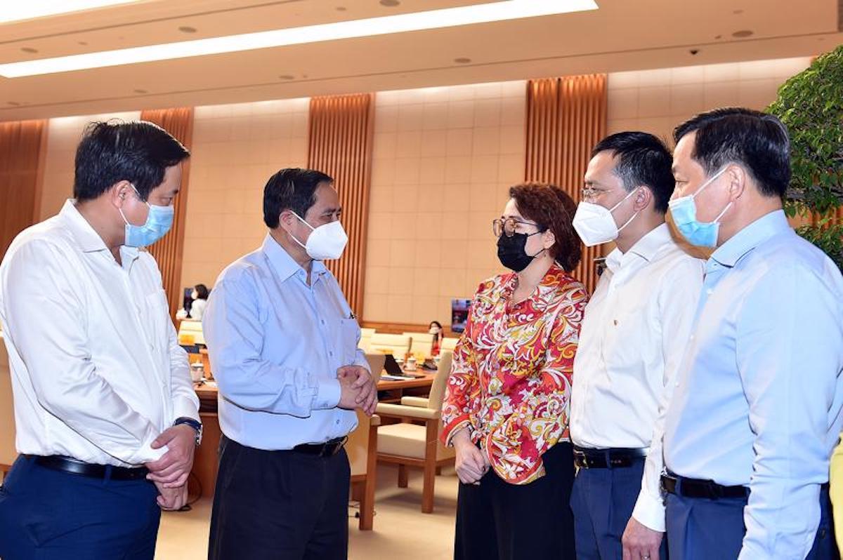 Thủ tướng trao đổi với đại diện các doanh nghiệp tại cuộc đối thoại ngày 8/8. Ảnh: VGP