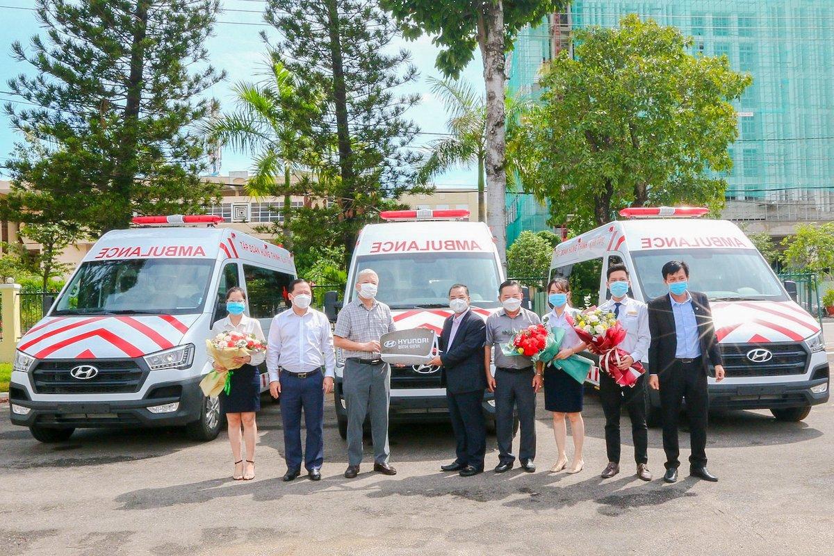 Ông Lê Hồng Việt - Phó Chủ tịch Tập đoàn Hưng Thịnh (thứ 5 từ phải sang) trao tặng xe cứu thương cho ông Lê Quang Hùng - Giám đốc Sở Y tế tỉnh Bình Định (thứ 3 từ trái sang)