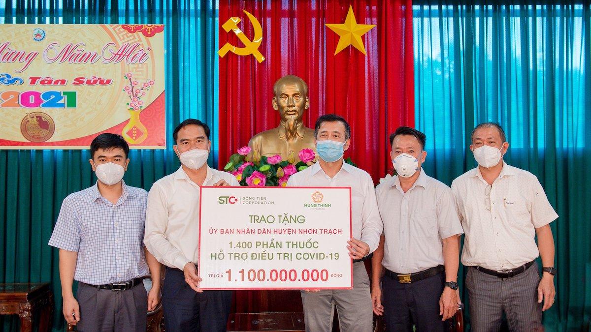 Đại diện Sông Tiên Corporation và Tập đoàn Hưng Thịnh trao tặng 1.400 phần thuốc hỗ trợ điều trị Covid-19 cho đại diện huyện Nhơn Trạch, tỉnh Đồng Nai