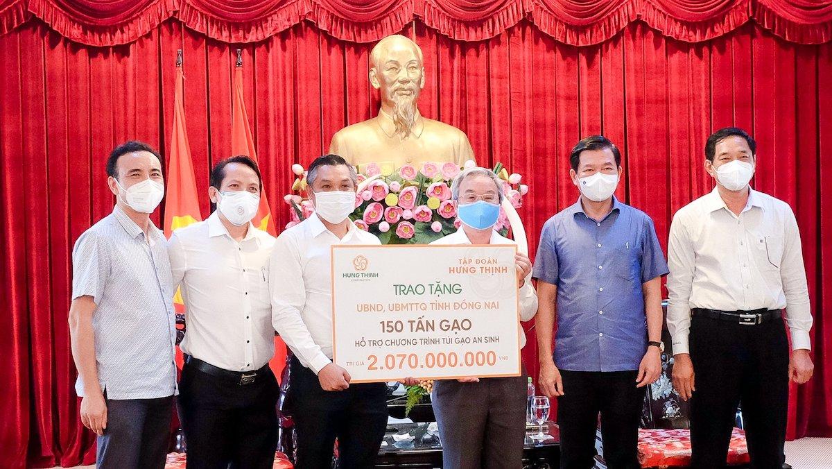 Trước đó, vào giữa tháng 9, ông Nguyễn Văn Cường - Phó Chủ tịch Tập đoàn Hưng Thịnh (thứ 3 từ trái sang)đã trao bảng tượng trưng 150 tấn gạo trị giá hơn 2 tỷ đồng cho UBND và UB MTTQ Việt Nam tỉnh Đồng Nai. Ảnh: Hưng Thịnh
