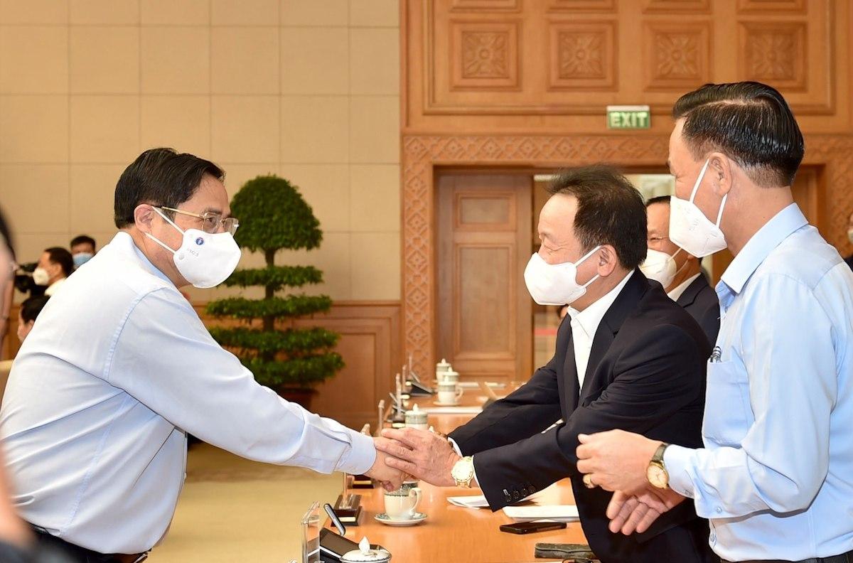 Thủ tướng gặp gỡ các doanh nghiệp tham dự hội nghị đối thoại trực tuyến ngày 26/9 tại đầu cầu Hà Nội. Ảnh: VGP