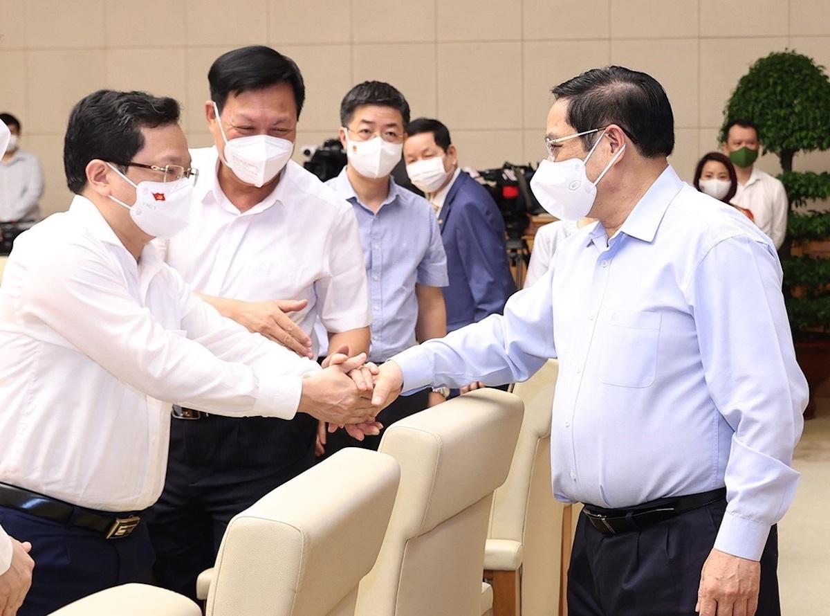 Thủ tướng trao đổi với các doanh nghiệp tham dự trực tiếp tại điểm cầu Hà Nội. Ảnh: VGP