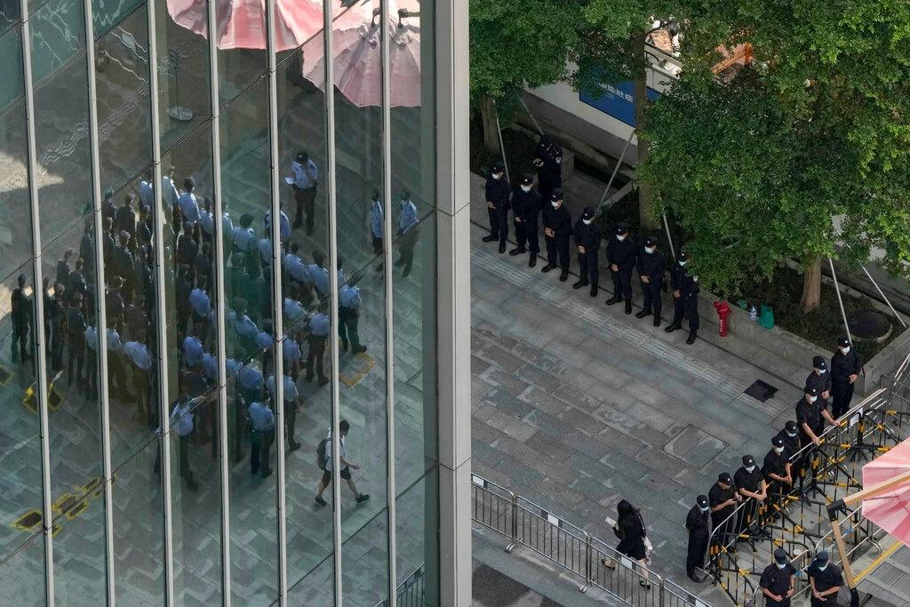 Cảnh sát và nhân viên bảo vệ bên ngoài trụ sở Evergrande ở Thâm Quyến hôm 24/9. Ảnh: AP