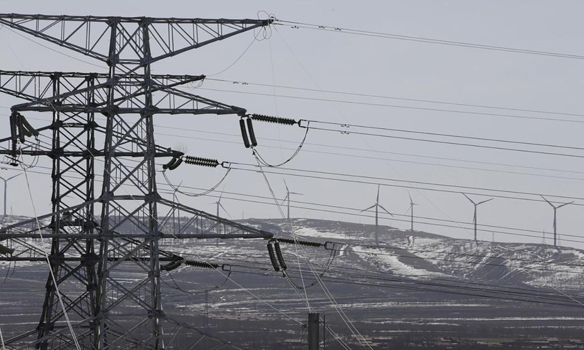 Đường dây điện và tuabin điện gió ở Hà Bắc, Trung Quốc. Ảnh: Reuters