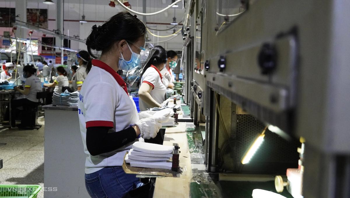 Công nhân tại Công ty TNHH giày Chin Luh (KCN Thuận Đạo, Bến Lức), tháng 7/2021. Ảnh: Hoàng Nam