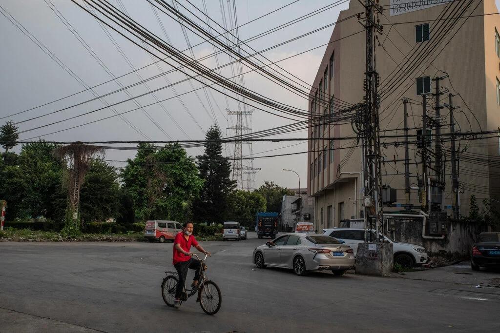 [Các đường dây điện ở Đông Hoản, Quảng Đông, Trung Quốc. Ảnh: NYT