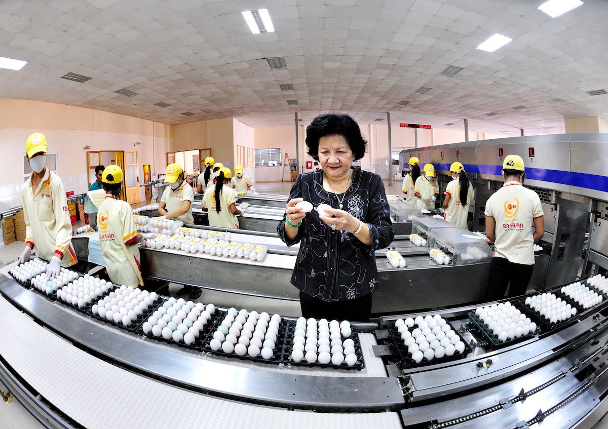 Nữ doanh nhân Phạm Thị Huân tại doanh nghiệp mình. Ảnh: NVCC
