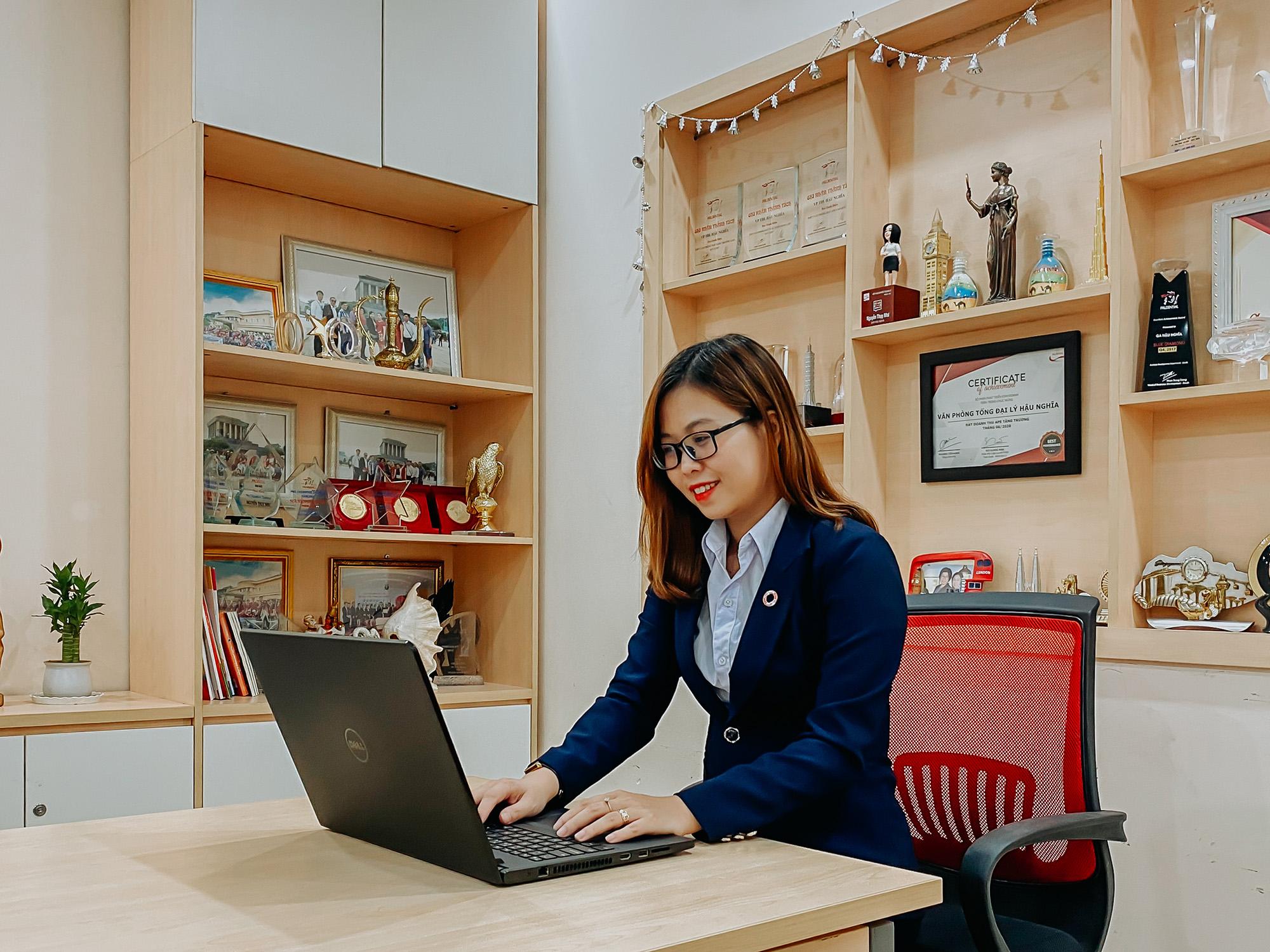 Chị Trần Hoàng Phi Yến quan niệm tư vấn bảo hiểm là hành trình đòi hỏi sự tận tâm, chân thành khi đồng hành lâu dài với khách hàng.