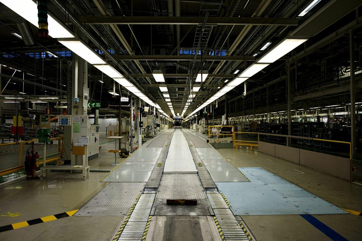 Bên trong nhà máy trống rỗng của National Electric Vehicle Sweden tại Trollhattan. Ảnh: Bloomberg