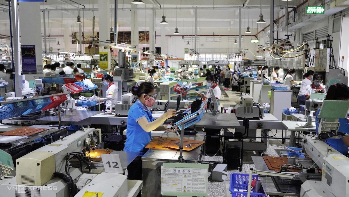 Công nhân tại Công ty TNHH giày Chin Luh (KCN Thuận Đạo, Bến Lức, Long An). Ảnh: Hoàng Nam