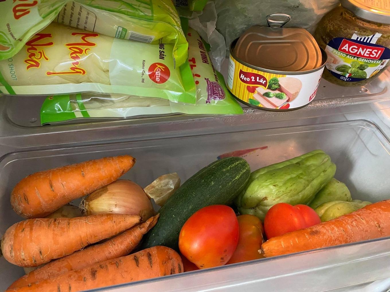 Tủ lạnh nhà bà Lâm đầy ắp thực phẩm, rau củ mua online khi quận Gò Vấp giãn cách xã hội theo chỉ thị 16 hồi tháng 6. Ảnh: nhân vật cung cấp.