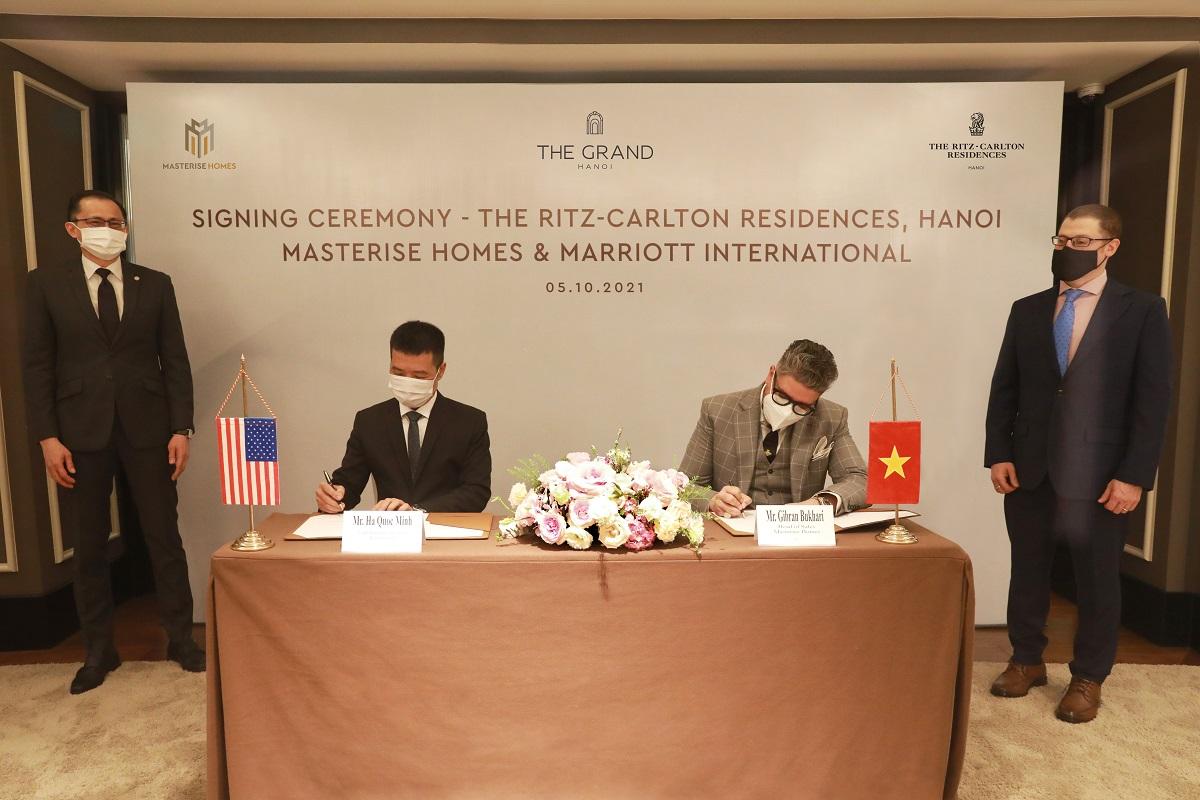 Đại diện tập đoàn Marriott International tại Việt Nam Ông Hà Quốc Minh (bên trái) & Đại diện Masterise Homes Ông Gibran Bukhari – Giám Đốc Khối Kinh doanh (bên phải) tham gia ký kết với sự chứng kiến của Đại Sứ Quán Hoa Kỳ tại Việt Nam