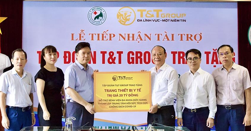 Ông Nguyễn Tất Thắng, Phó Tổng Giám đốc Tập đoàn T&T Group trao ủng hộ cho TS.BS Nguyễn Văn Thường, Giám đốc Bệnh viện đa khoa Đức Giang. Ảnh: T&T.
