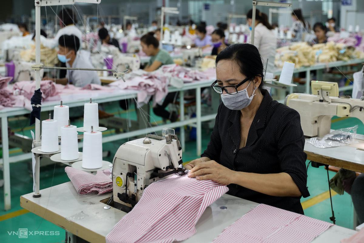 Công nhân may làm việc tại một doanh nghiệp may mặc ở Long An, trước thời điểm giãn cách xã hội. Ảnh: Quỳnh Trần