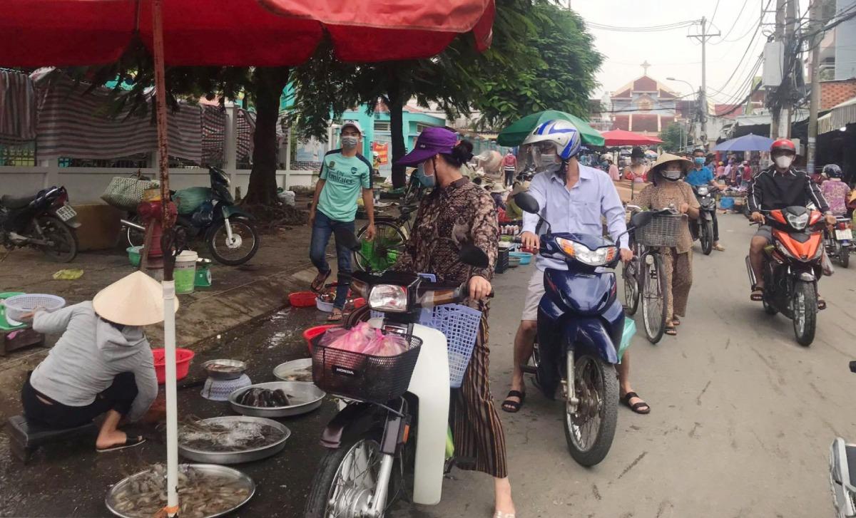Cảnh mua bán đông đúc tại một khu chợ tự phát phường Long Thạnh Mỹ, TP Thủ Đức, chiều 4/10. Ảnh: Lê Cầm