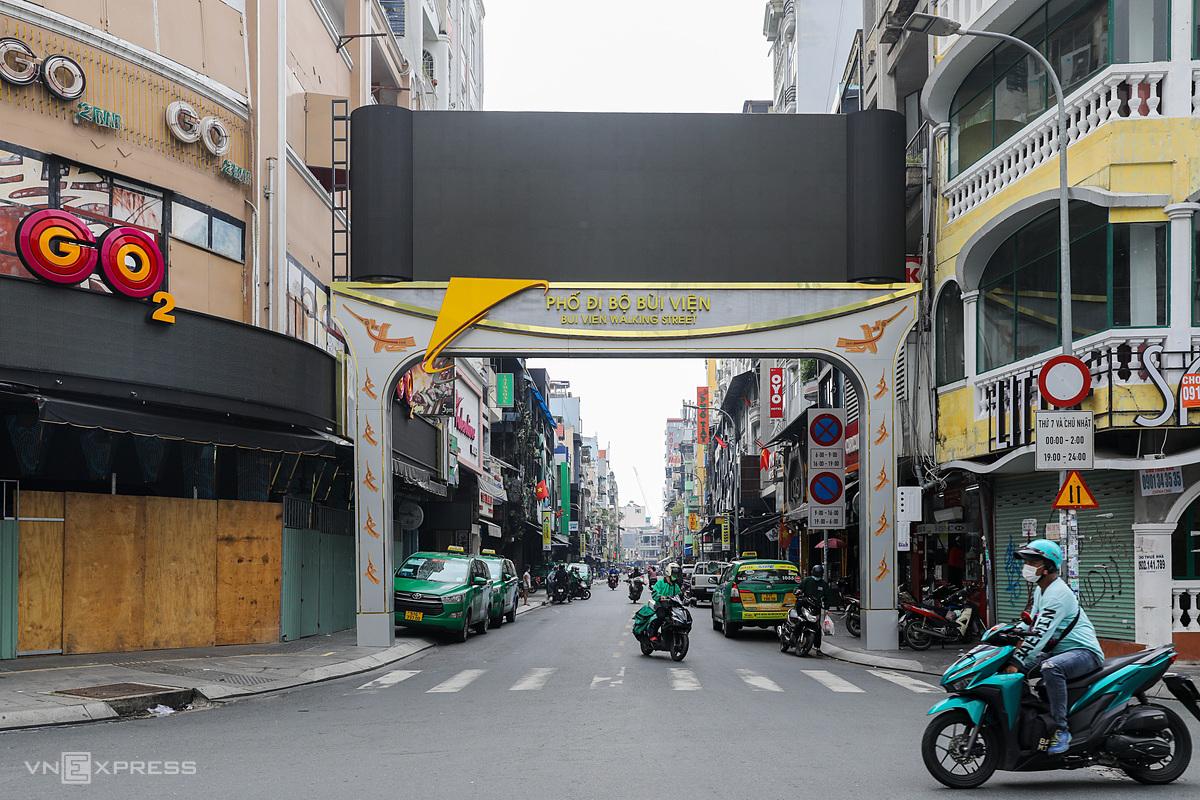 Nhiều quán bar, beer, nhà hàng trên phố đi bộ Bùi Viện chuyển sang bán rau thịt, tạp hoá; ngày 5/10/2021. Ảnh: Quỳnh Trần/VnExpress