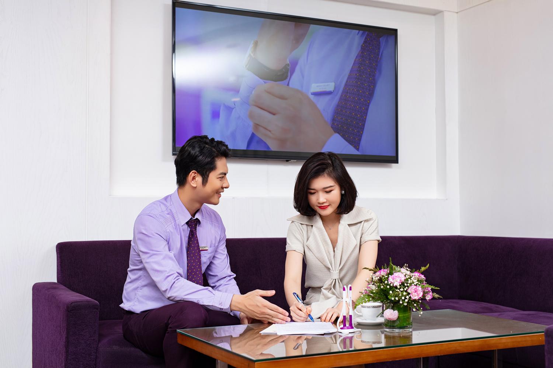 Nhân viên TPBank tư vấn giải pháp tài chính cho khách hàng. Ảnh: TPBank