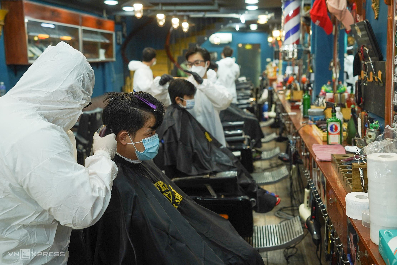 Một tiệm hớt tóc hoạt động lại ở TP HCM hôm 1/10. Ảnh: Quỳnh Trần