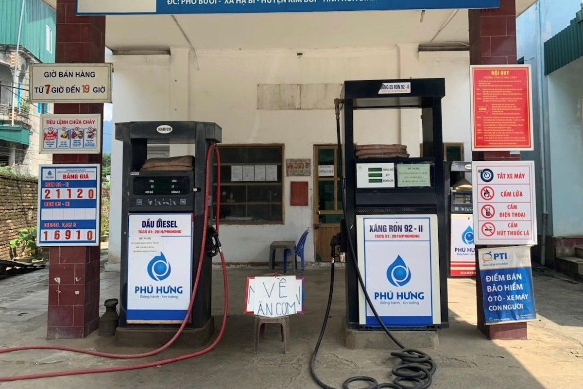 Cửa hàng xăng dầu tại Kim Bôi, Hoà Bình bị xử phạt 10 triệu đồng vì tự ý ngừng bán, treo biển về ăn cơm. Ảnh: Tổng cục Quản lý thị trường