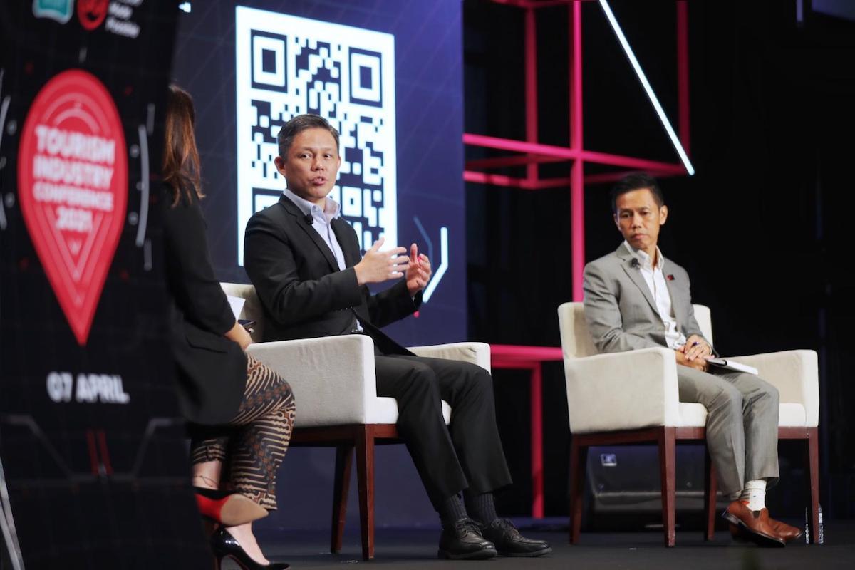 Bộ trưởng Thương mại và Công nghiệp Chan Chun Sing (vest đen) và Tổng cục trưởng STB Keith Tan (vest ghi) tại Hội nghị ngành Du lịch hồi tháng 4. Ảnh: Gavin Foo