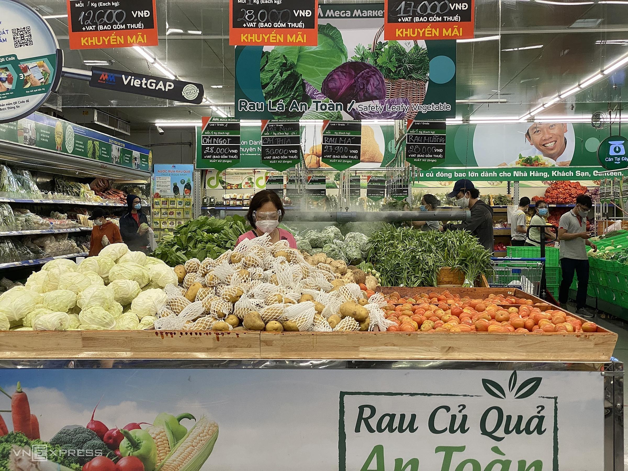 Người dân mua sắm tại quầy rau củ quả giảm giá bên trong một siêu thị tại phường An Phú (TP Thủ Đức). Ảnh: Tất Đạt
