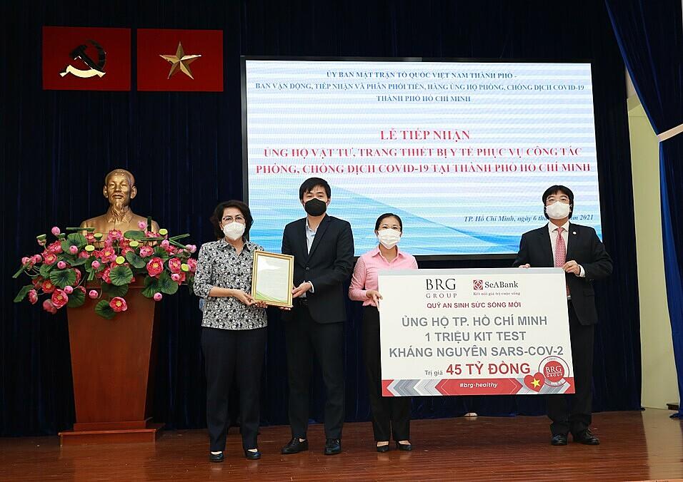 Đại diện chính quyền Thành phố Hồ Chí Minh (vị trí?) tiếp nhận ủng hộ từ BRG và SeABank.