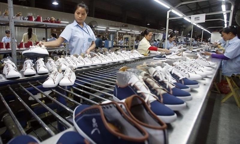 Sản xuất giày dép tại một doanh nghiệp da giày ở phía Bắc. Ảnh; Reuters