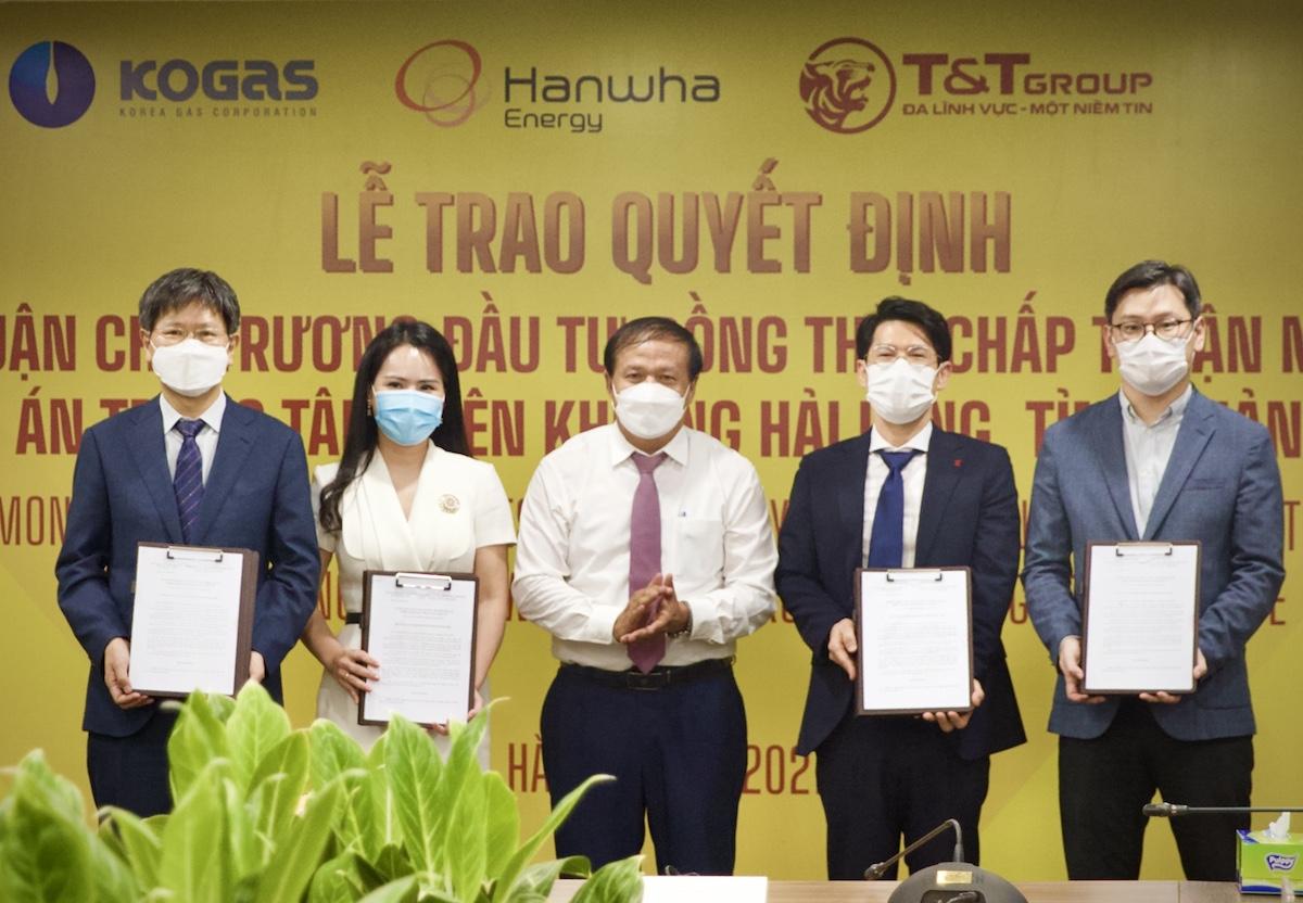 Đại diện tỉnh Quảng Trị (giữa) và đại diện đơn vị đầu tư tại lễ trao quyết định.