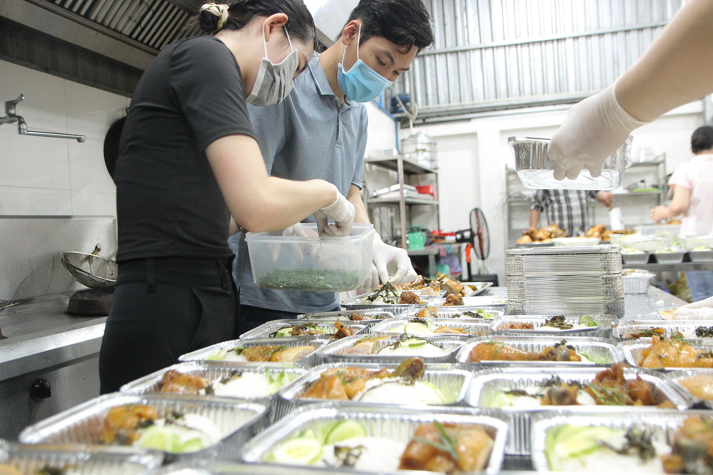 Nhân viên một bếp ăn ở phường An Phú (TP Thủ Đức) đang chuẩn bị phần ăn, hồi tháng 7/2021. Ảnh: Mạnh Khang