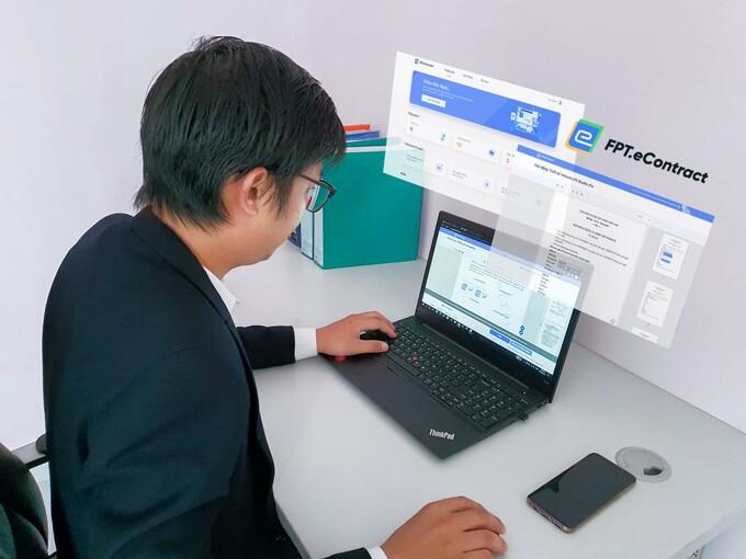 Giám đốc một doanh nghiệp thực hiện kí kết hợp đồng điện tử, rút ngắn thời gian xử lý từ 3 ngày xuống còn dưới 10 phút. Ảnh: FPT.